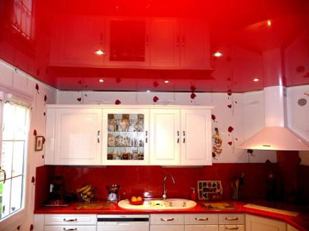 Красная отделка на кухне