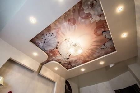 Красочная печать на потолочной поверхности