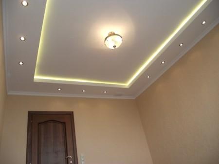 Включенная подсветка каркаса потолка