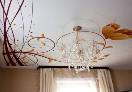 Интерьер зала с роскошной люстрой - картинка нанесена при помощи фотопечати