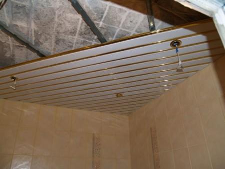 Сделать реечный потолок в ванной комнате, имея минимальные навыки в проведении ремонтных работ можно своими силами
