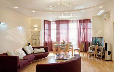 Интерьер зала площадью 21 квадратный метр с источниками света и лампами
