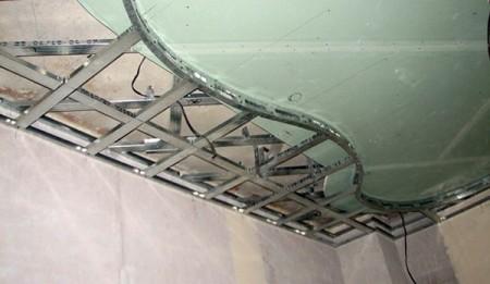 Подвесной потолок первого уровня перекрывает линию второго яруса