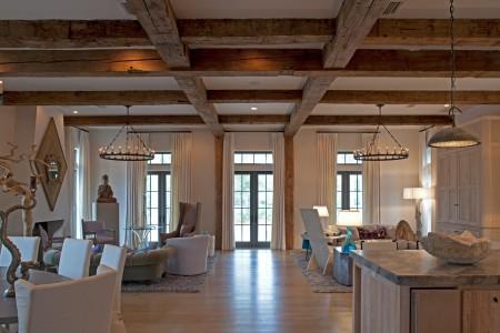 Перекладины деревянные в виде сетки темного цвета – интересное решение для просторного помещения