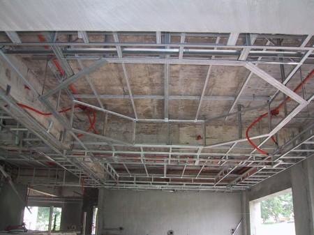 Металлический каркас под многоуровневый подвесной потолок