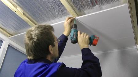 Монтаж каркаса из дерева под пластиковый потолок