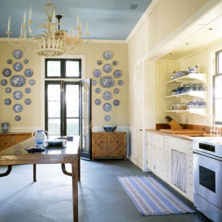 Дизайн интерьера кухни с потолком из пластиковых панелей