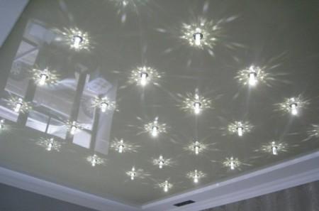 Натяжной потолок гостиной с множественными наружными светильниками
