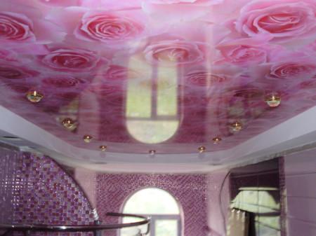 Фотопечать на глянцевом полотне, двухуровневый потолок со светильниками