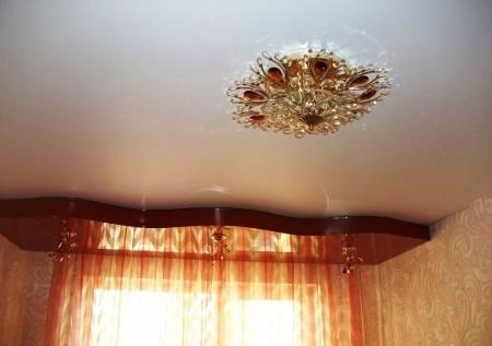 Светлый потолок подойдет для помещения с преобладающим искусственным освещением