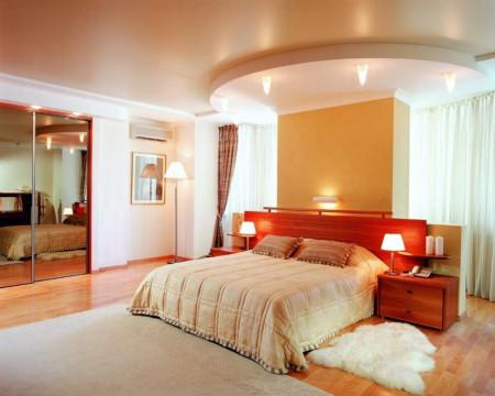 Уютное помещение спальни и спокойный дизайн натяжного потолка