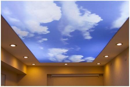 Поверхность потолка на кухне имитирует небо