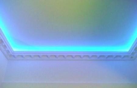 Декоративная светодиодная подсветка одноуровневого потолка кухни