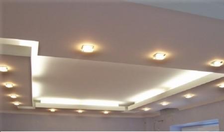 Сочетание неоновой подсветки и точечных светильников на кухне