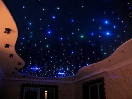 Стильное сочетание точечных светильников и светодиодов