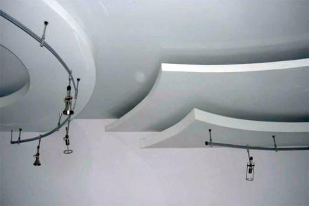 Интерьер из нескольких уровней потолка в зале