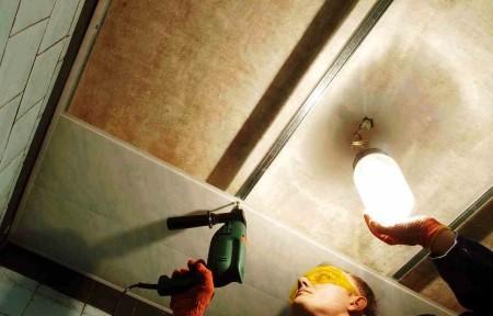 Монтаж профиля потолочного покрытия к каркасу
