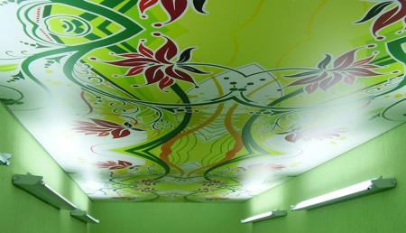 Фото натяжного потолка с принтом