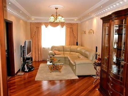 Интерьер зала выполненный в классическом стиле с люстрой, в качестве источника света
