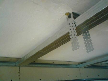 Установка подвесов на потолок