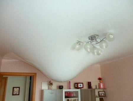 Натяжной потолок после протечки