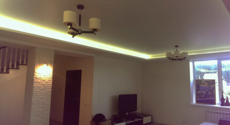 Сатиновый потолок с подсветкой белого цвета