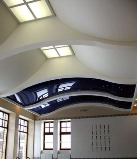 Комбинированный глянцевый и сатиновый потолок