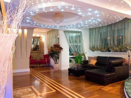 Дизайн гостиной с точечными источниками света