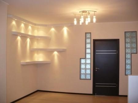 Освещение помещения за счет центральной люстры ламп на полках