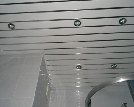 Подвесная конструкция в ванной