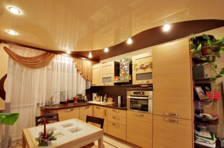 Шоколадный потолок комбинирован с другими оттенками
