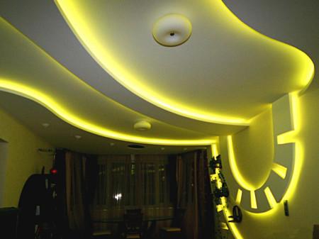 Потолок со светодиодными лентами