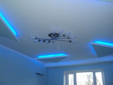 Вид сатинового потолка при освещении