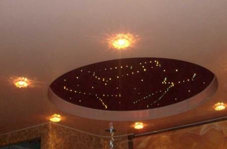 Кабинет с натяжным потолком, имеющий шоколадный оттенок