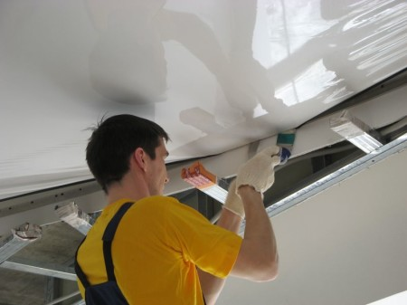 Монтаж потолка гарпунным методом