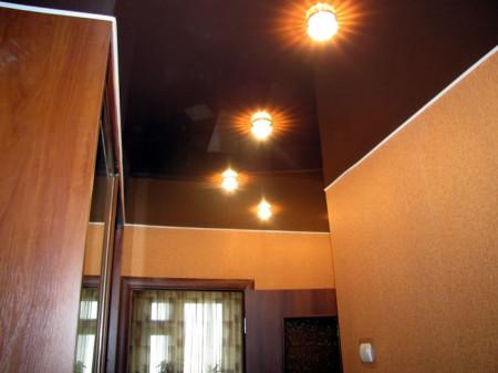 Темный потолок в коридоре