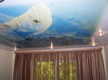 На фото пример интерьера с изображением прибоя, нанесенном методом фотопечати.
