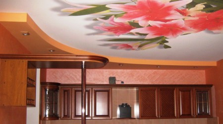 Фото идеального сочетания натяжного потолка с интерьером комнаты
