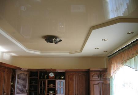 Комбинированный потолок – прекрасное решение для кухни, фото