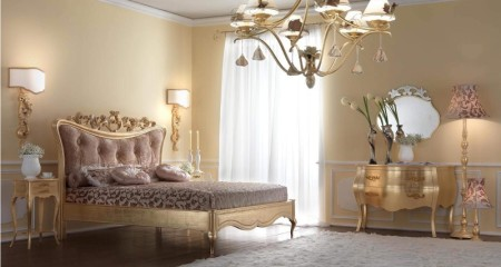 Классический стиль спальни с центральной люстрой