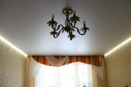 Парящая конструкция с классической подсветкой