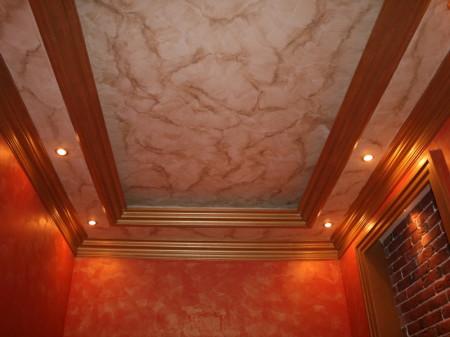 Потолки эффектно смотрятся при грамотно устроенной подсветке