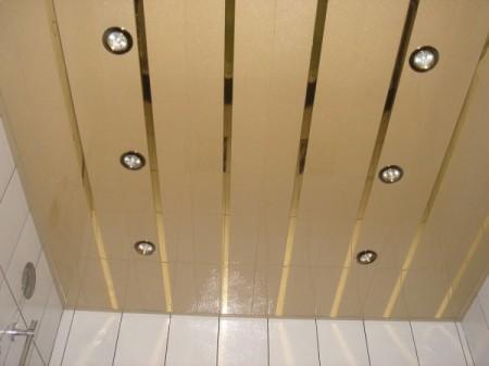 Реечный алюминиевый потолок закрытого типа с зеркальными вставками