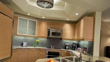 Двухуровневая конструкция на кухне с подсветкой и центральной лампой
