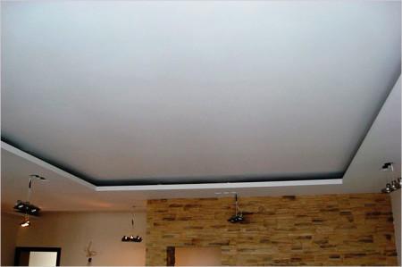 Фото варианта в два уровня под освещение световой лентой