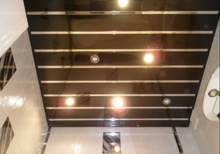 Внешний облик зеркального потолка, выполненного из алюминиевых реек