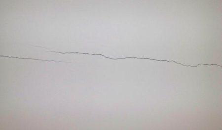 Трещины на гипсокартонном перекрытии в результате усадки дома