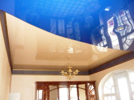 Бежевый и голубой цвет в глянцевом исполнении позволяет визуально увеличить высоту стен