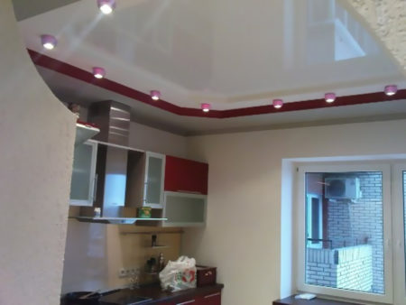 Пример натяжного потолка на кухне