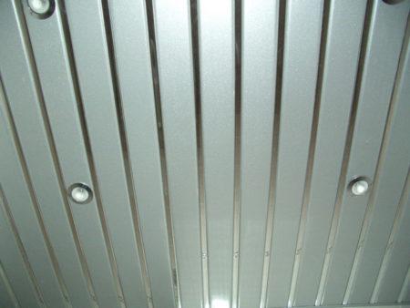 Внешний вид реечного алюминиевого потолка в помещении